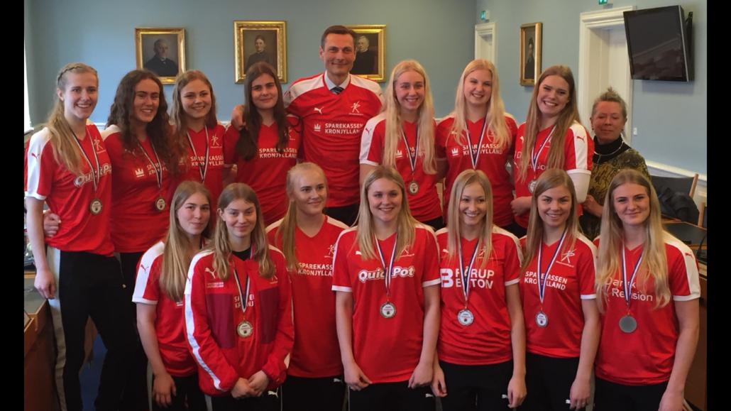 Anfører og meget vigtig nøglespiller for VM-holdet, Stine Broløs (nederst til højre)